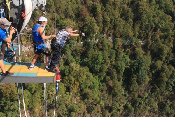 Un homme de 90 ans saute à l'élastique de plus de 200 mètres à Sotchi